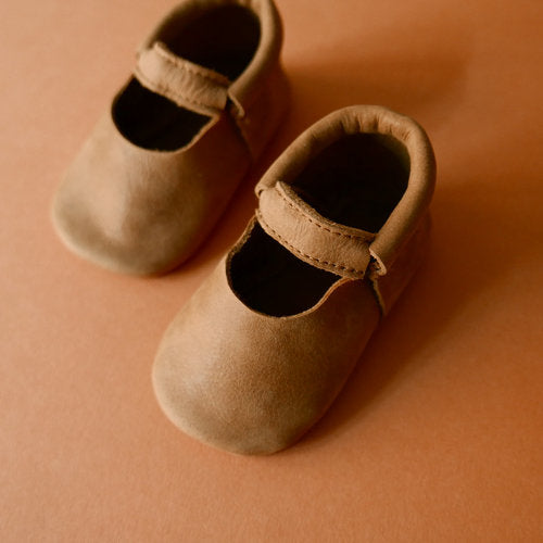 Aerial view of a pair of Betón Moccs in the Panel style - baby moccasins made of vegetable tanned leather