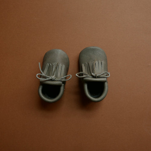 Aerial view of a pair of Betón Moccs in the Sponge style - baby moccasins made of vegetable tanned leather
