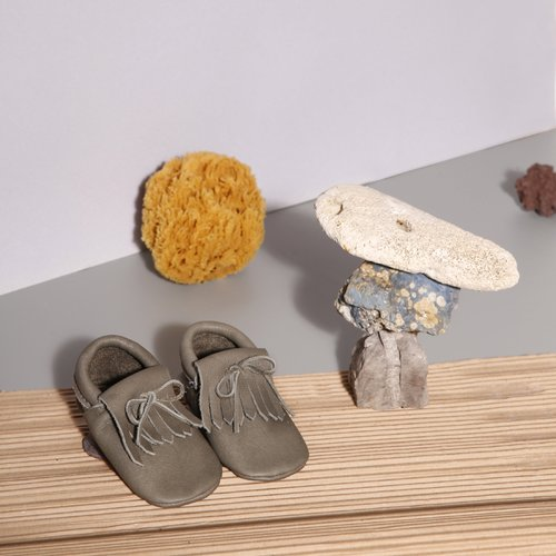 Pair of Betón Moccs vegetable tanned moccasins for children in Sponge