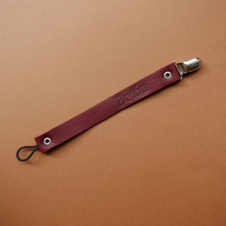 Betón vegetable tanned leather pacifier clip in burgundy