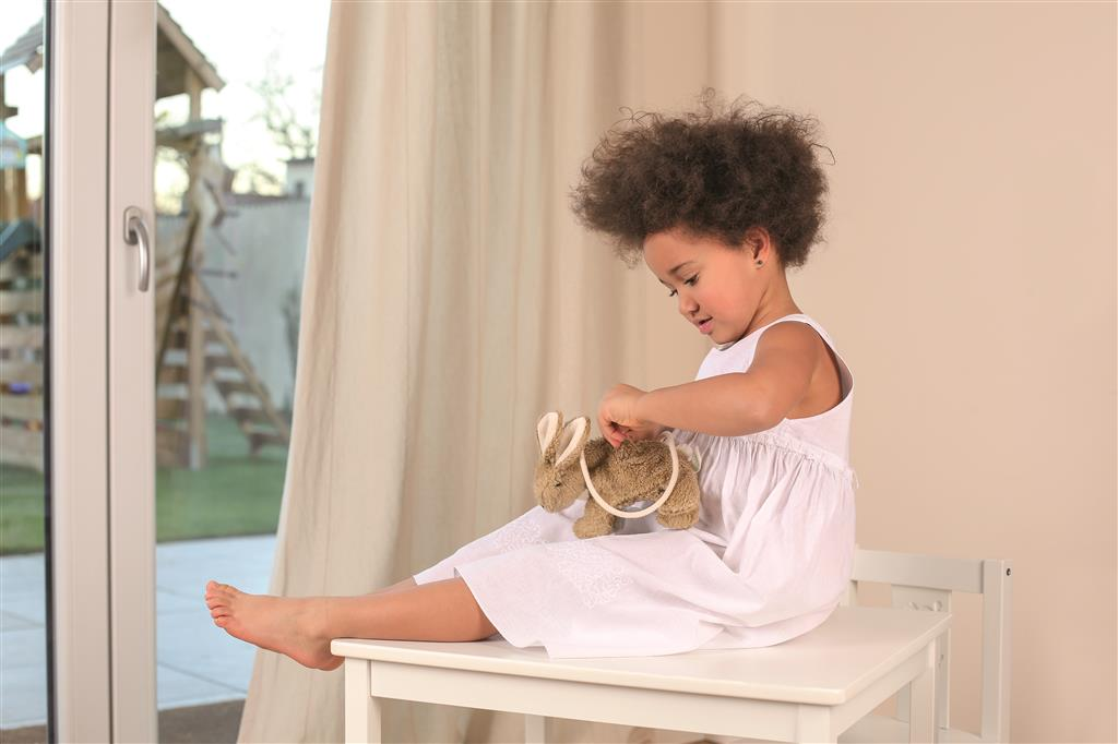 Girl holding Senger organic cotton rabbit bag in beige