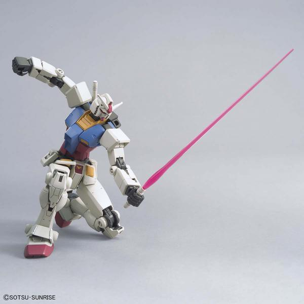 Bandai 1/144 HG RX-78-2 Gundam (Beyond Global) kneeling