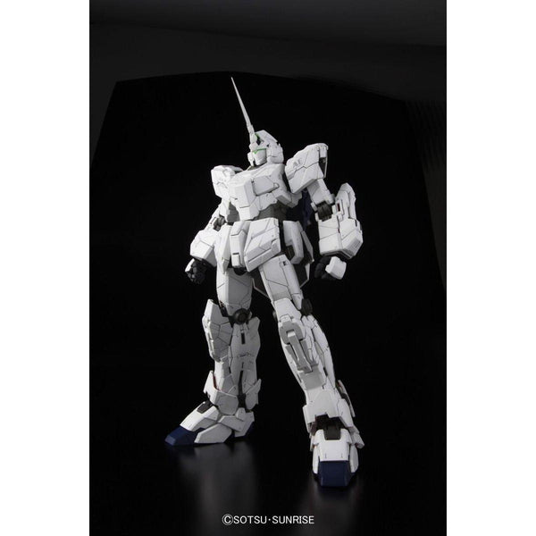 Bandai 1/60 PG RX-0 Unicorn Gundam (without LED) all white pose