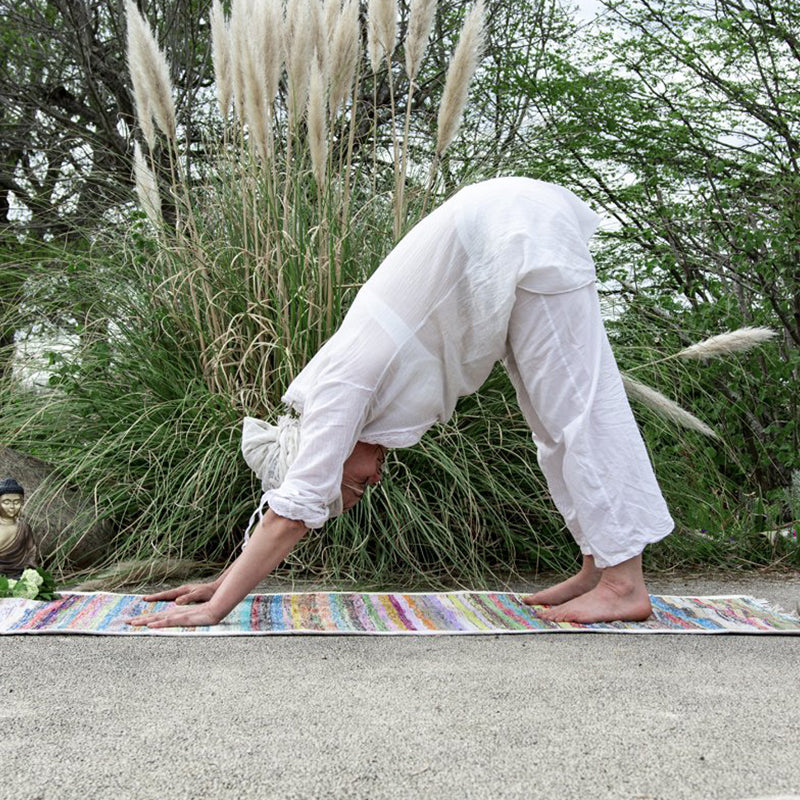 Tapis de yoga upcyclé ACT FOR ETHICS position