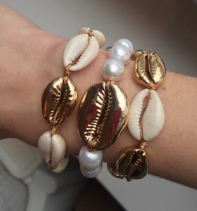 """Coavella Pearls Bracelet with One Gold Shell"