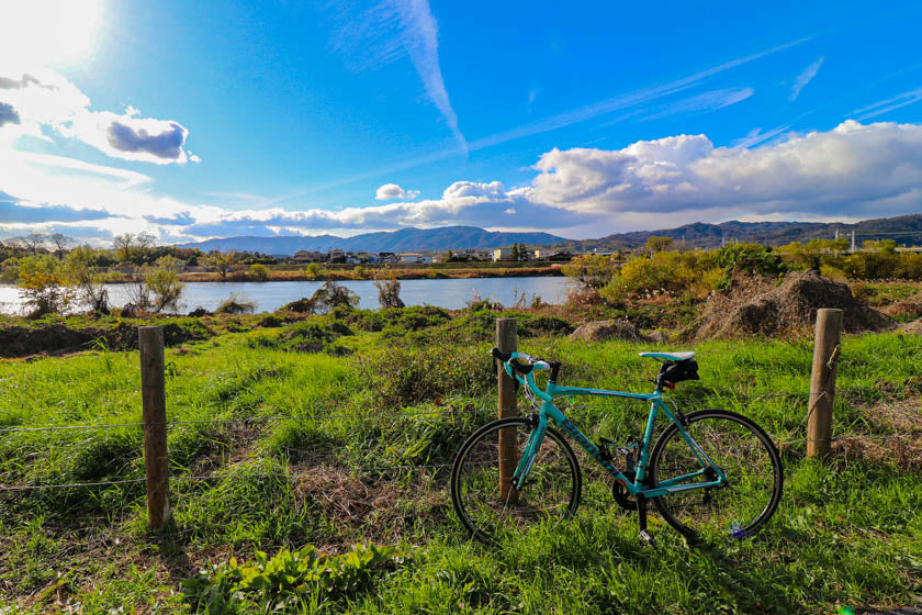 A road bike with the Katsura river in the background.