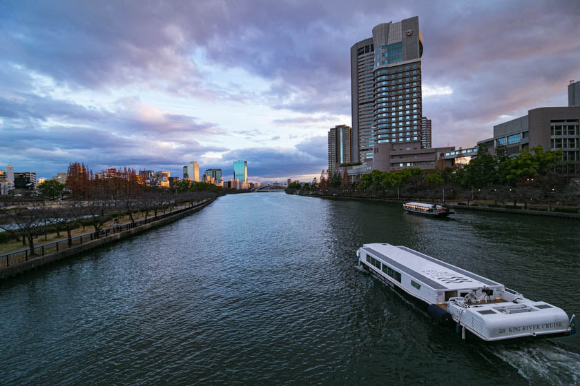 Stunning image of the Oo river, boats and buildings near the end of the cycling route.