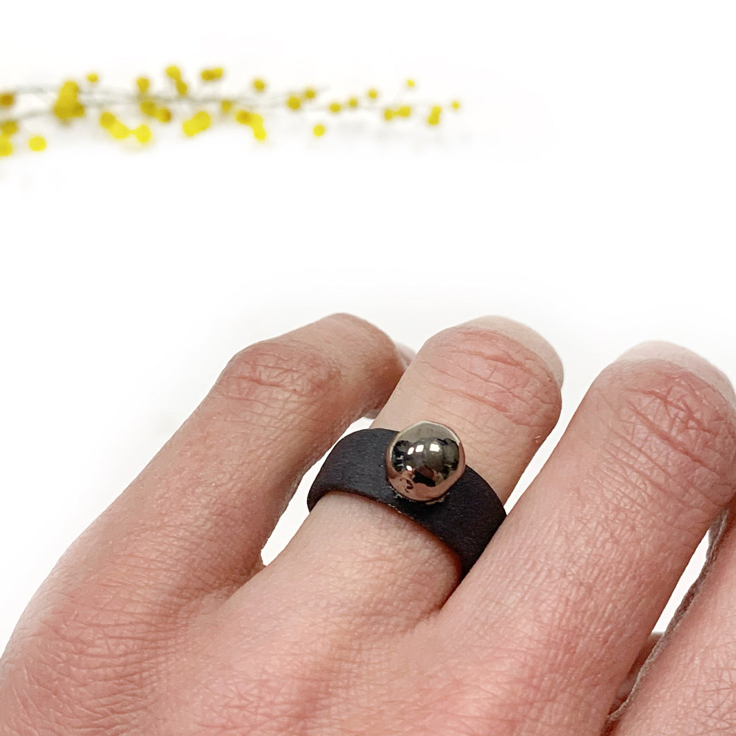 Black porcelain ring with a platinum bubble