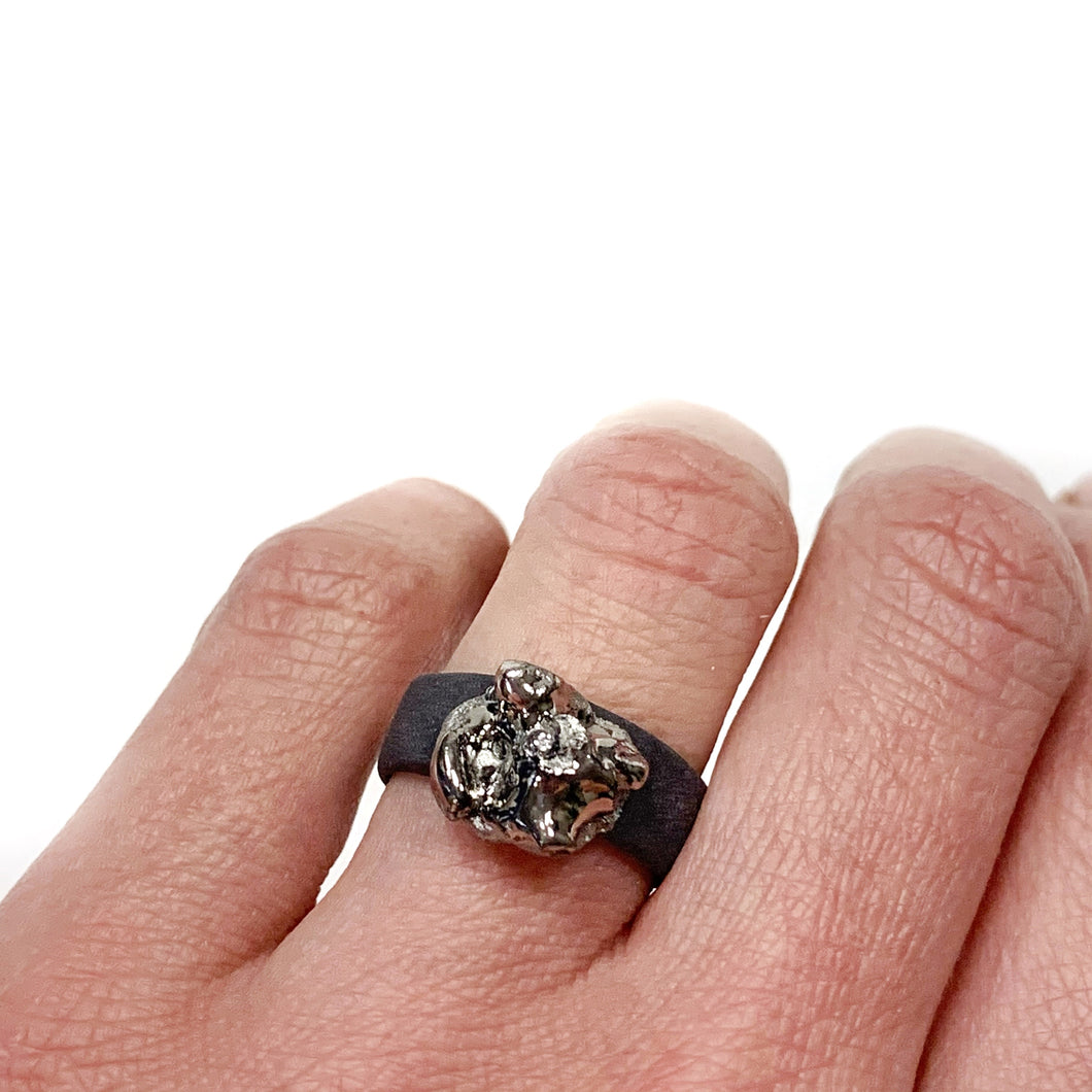 Black porcelain ring with a platinum CLOUD