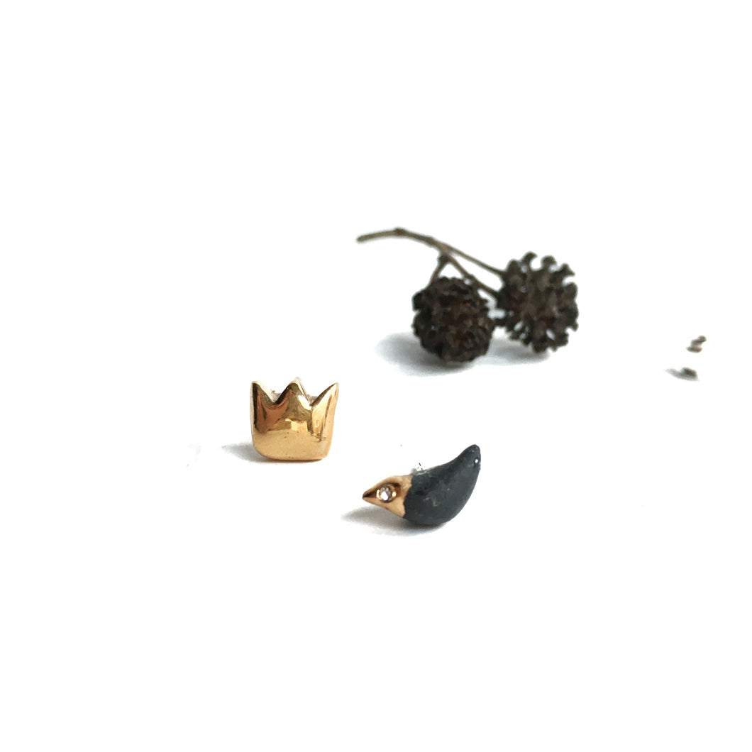 Black porcelain mismatched earrings BLACK BIRD AND ITS GOLDEN CROWN