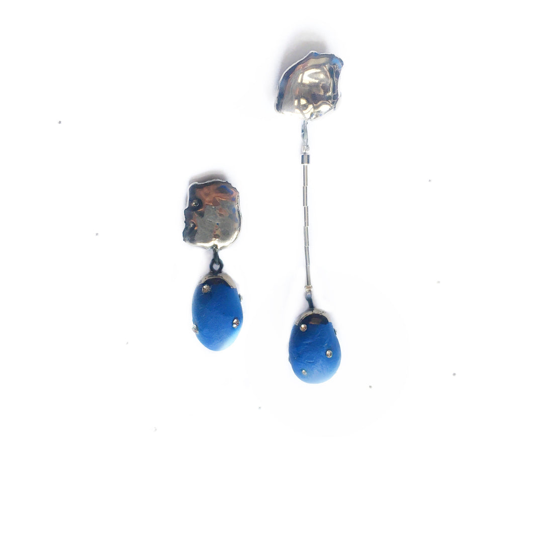 "Blue porcelain ""Cocoon earrings"" in platinum"