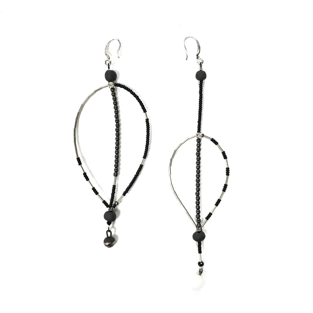Black porcelain and hematote light and assymeteic earrings