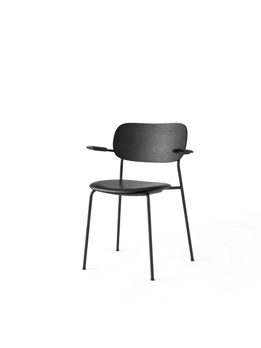 Menu Co Chair stol med armlene - Svart eik - Dakar 0842-Designfund.no