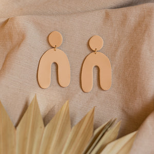the daniella earrings in beige