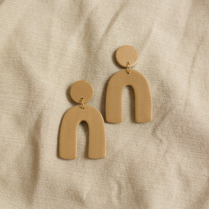 arch earrings in sand