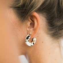 Load image into Gallery viewer, ray hoop earrings in coco cream