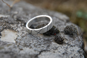 Men ridged and oxided wedding ring