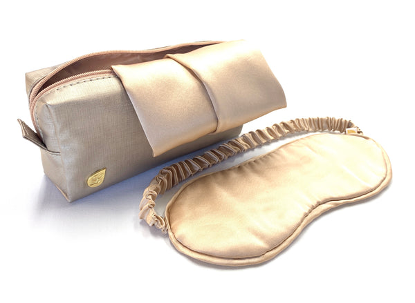 Anti wrinkle set comes with 1 standard pillow case, 1 silk eye mask and 1 LeaF amenity bag.