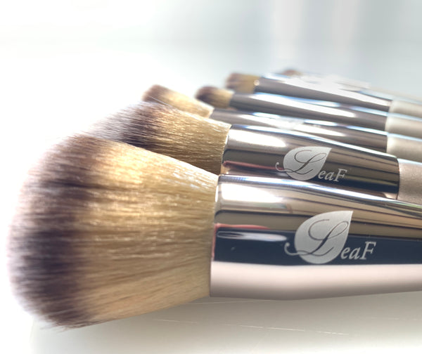 Set of 10 brushes made of synthetic materials.
