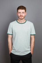 Laden Sie das Bild in den Galerie-Viewer, Contrast Collar T-Shirt granite/moss