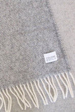 Laden Sie das Bild in den Galerie-Viewer, Woolen Throw Pick Stitch Grey