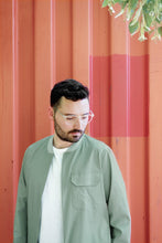 Laden Sie das Bild in den Galerie-Viewer, Light Bomber Jacket greenstone