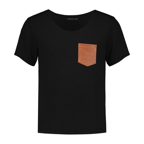 T-Shirt with leather pocket | Black T shirts from EVA D. curated by pu·rist