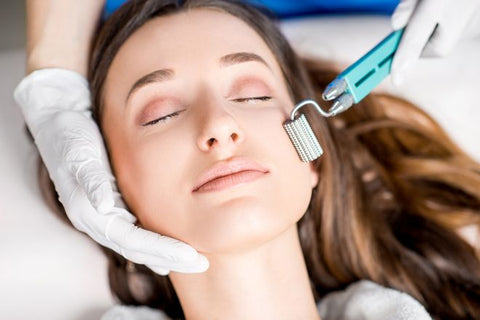microneedling, dermarolling: woman receiving microneedling treatment