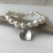 Load image into Gallery viewer, Cream Pearl Heart Bracelet