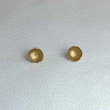Load image into Gallery viewer, Small Gold Flower Earrings