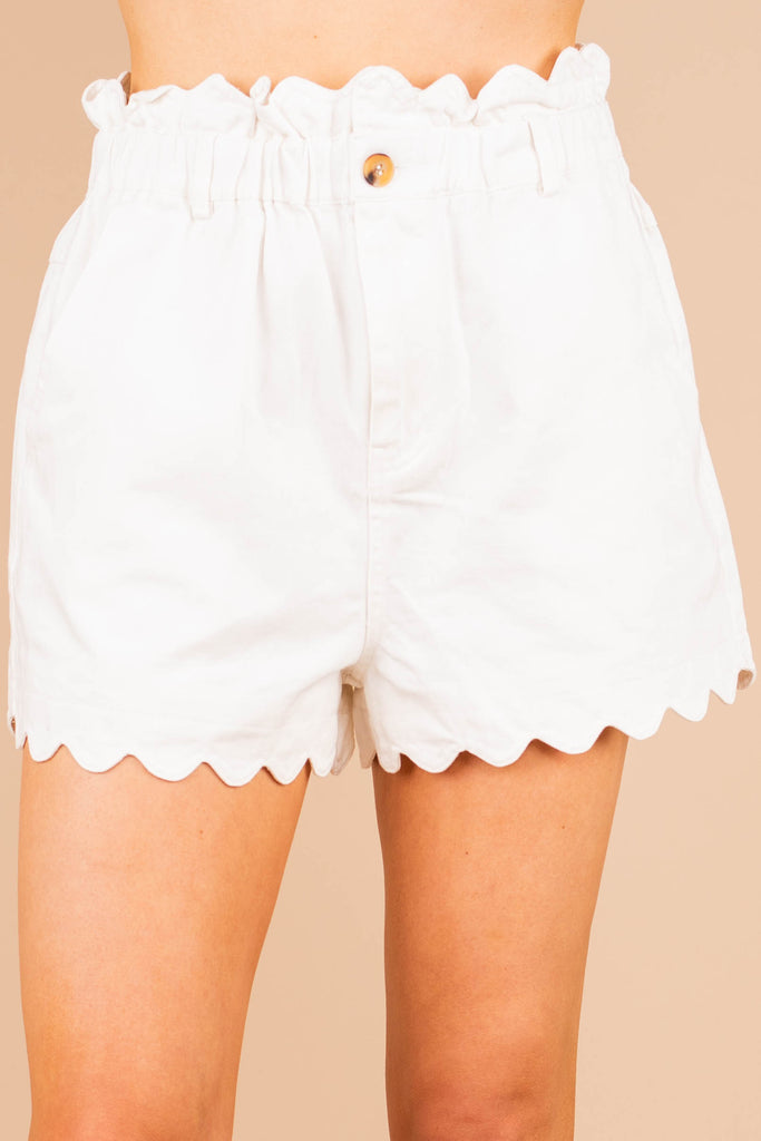 elastic waistline, white shorts, scalloped trim, white, shorts, pockets