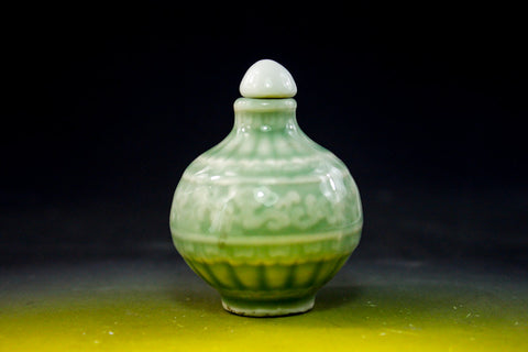 SC133 D18mm CELADON SNUFF BOTTLE HAND CARVED PATTERN