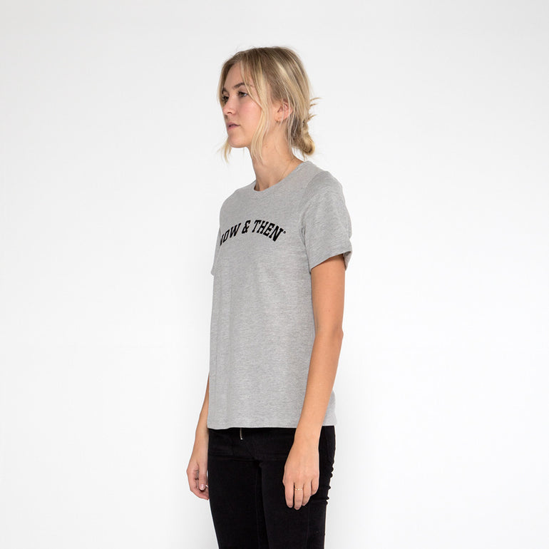 Now & Then Daily Tee / Curved College in Grey Marle