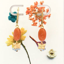 Load image into Gallery viewer, dried flowers and orange stone earrings