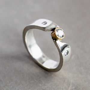 A touch of frost - Diamond ring with gold bezel setting