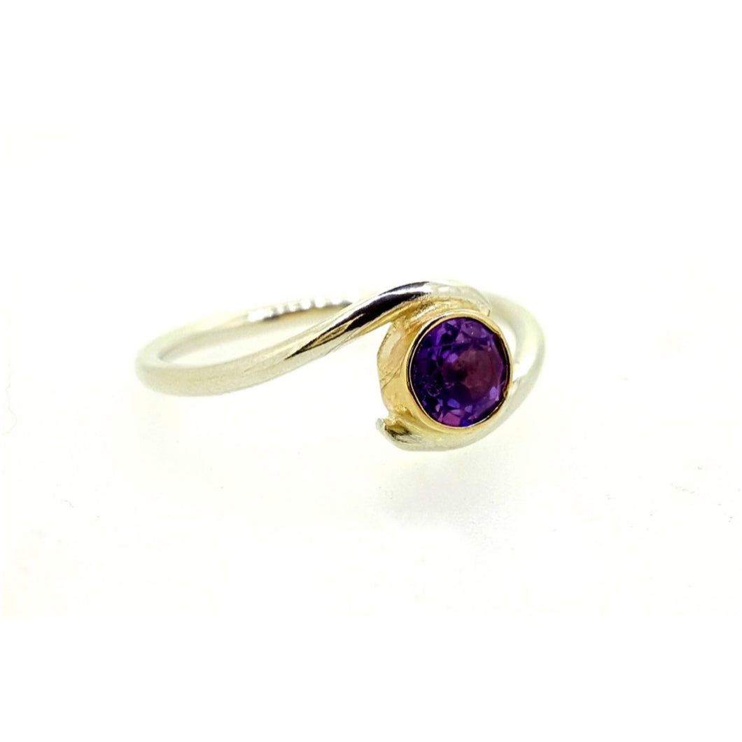 White gold twist ring with amethyst.