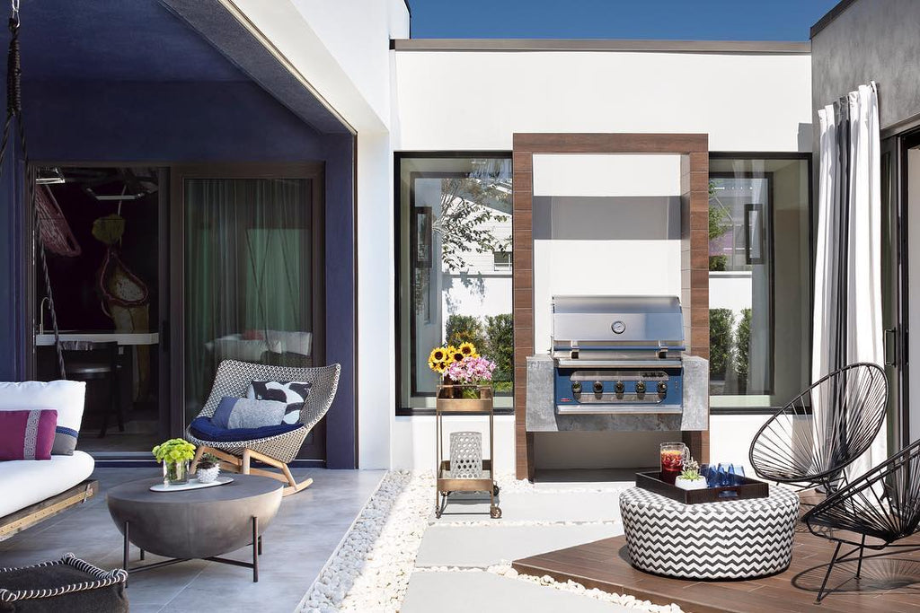 Modern and Bright Courtyard with Stunning Floating Grill Island – Great Things Do Come in Small Packages!