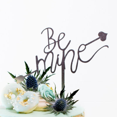 Jouer 'Be Mine' with Cupid Arrow Cake Topper
