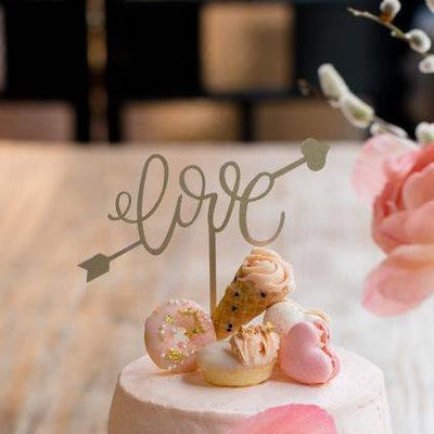 Jouer 'Love' with Cupid Arrow Cake Topper