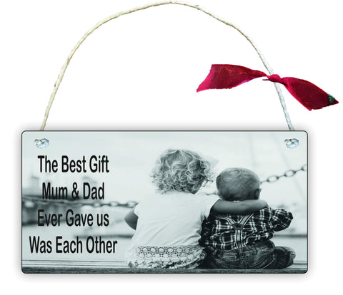 GP82 Gift Hanging Wall Door Sign Plaque Decoration The Best Gift Mum Dad ever gave us was each other