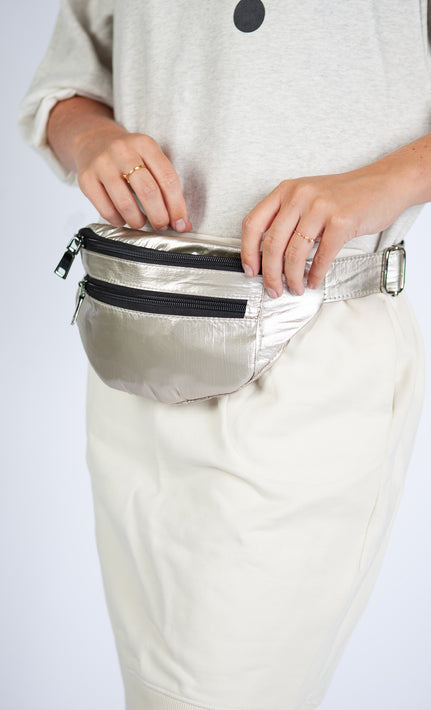 10DAYS metallic fanny pack op model 02