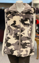 Load image into Gallery viewer, Reversible Camo Rabbit fur Vest