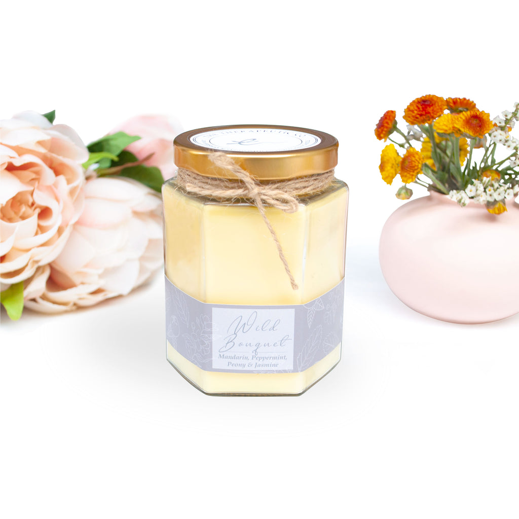 A clean scent with bright citrus notes from the juicy mandarin and the powerful cool aroma of the peppermint, that is intertwined with the florals of peony, violet and jasmine. Patchouli and amber complete the scent by adding earthy richness.