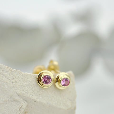 Pink sapphire 14 kt yellow gold small stud earrings circle