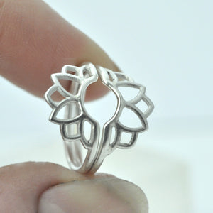 Two flower silver fitted ring set.