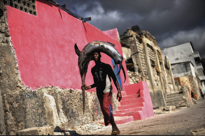 Man with swordfish in Mogadishu, Somalia 2012 - Photographic print, stamped and signed by Jan Grarup. Printet on Baryta Fine Art 325 gram paper in A2 (59,4 x 42cm)