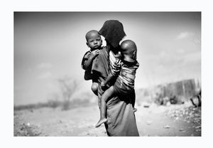 Woman with her two children in the desert, Somalia 2012 - Photographic print, stamped and signed by Jan Grarup. Printet on Baryta Fine Art 325 gram paper in A2 (59,4 x 42cm)