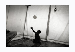 Child with balloon Ethiopian border 2010 - Photographic print, stamped and signed by Jan Grarup. Printet on Baryta Fine Art 325 gram paper in A2 (59,4 x 42cm)