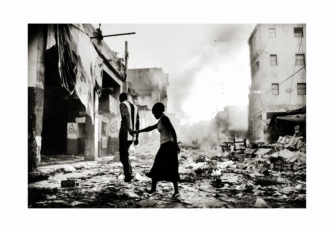 Couple in Haiti, 2010 - Photographic print, stamped and signed by Jan Grarup. Printet on Baryta Fine Art 325 gram paper in A2 (59,4 x 42cm)