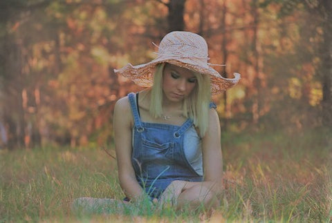 dungarees and floppy hat